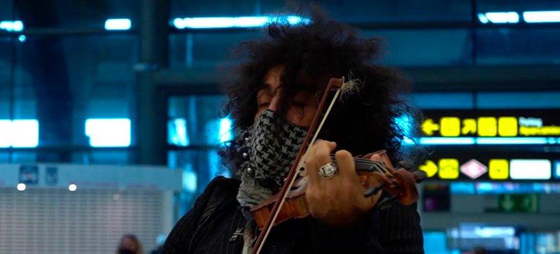 Ara Malikian hace sonar su violín en el Aeropuerto Adolfo Suárez-Barajas de Madrid